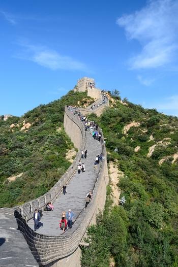 北京のNO.1観光スポットと言えば、やはり万里の長城。モンゴルなどの騎馬民族が南下するのを防ぐために造られた城壁は、総延長6000kmを超え、北海道から沖縄まで日本列島をぐるりと囲めるほど。 いくつものスポットで構成されている万里の長城ですが、特に景観が素晴らしくて人気なのが「八達嶺長城」。人が少なめでおすすめなのは「慕田峪長城」。どちらも市内中心部からすぐ近くなので、ぜひ訪れてみて。