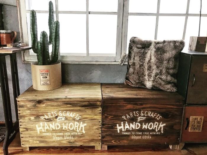 こちらはたっぷりと収納できるおしゃれな「おもちゃ箱兼ベンチシート」です。使用する木材はホームセンターでカットしてもらうと、お家で組み立てるだけなので、初心者さんでも簡単に作ることができますよ◎。