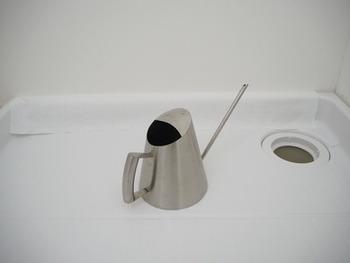 洗濯パンをお掃除するときは、ちょっと重いですがまず洗濯機をどかしておくのが鉄則。排水口に重曹とクエン酸を投入し5分ほど放置。その後、ジョーロを使って水を流しつつ軽くスポンジでこすります。重曹&クエン酸の浸け置き効果で、楽にきれいになります。