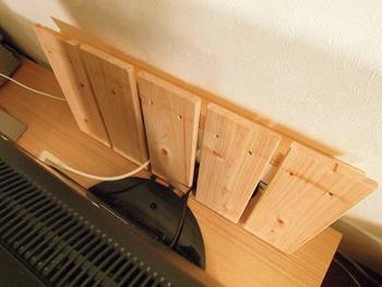 こちらは「すのこ」を活用した素敵な収納アイディアです。DIYで余ったすのこの端材を活用されているそうですが、少ない材料で簡単にコンセントの収納スペースを作ることができます。