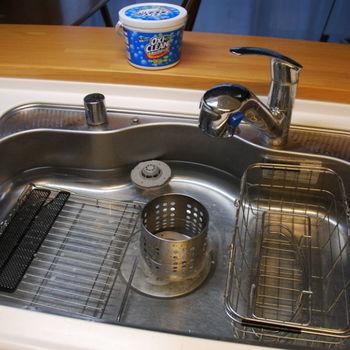 最近人気の、アメリカ生まれの酸素系漂白剤「オキシクリーン」。シンクにお湯を溜め酵素を溶かして、キッチン小物を10分ほど浸けておくとお掃除がラクラクです。衣類にもキッチンでも使えるから、ひとつ持っておくと何かと重宝しますね。