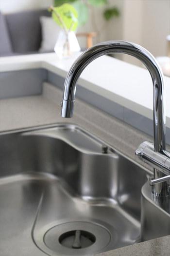 磨いた後は、水垢によるくもりがとれてピカピカに。100均で買えるもの&どこの家庭にもあるラップで手軽にお掃除できて便利ですね。