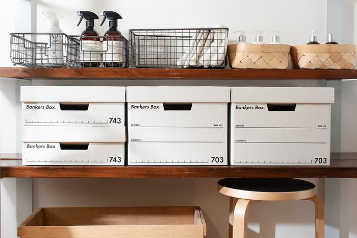 BANKERS BOX(バンカーズボックス)は、アメリカのオフィス用品メーカー「フェローズ社」が展開する収納ボックス。大量の銀行書類を適切・効率的に保管するための段ボール箱として、今から100年以上前に誕生しました。  並べた時のその美しさはため息もの。アメリカらしい合理性に富んだ機能的なデザインが魅力です。
