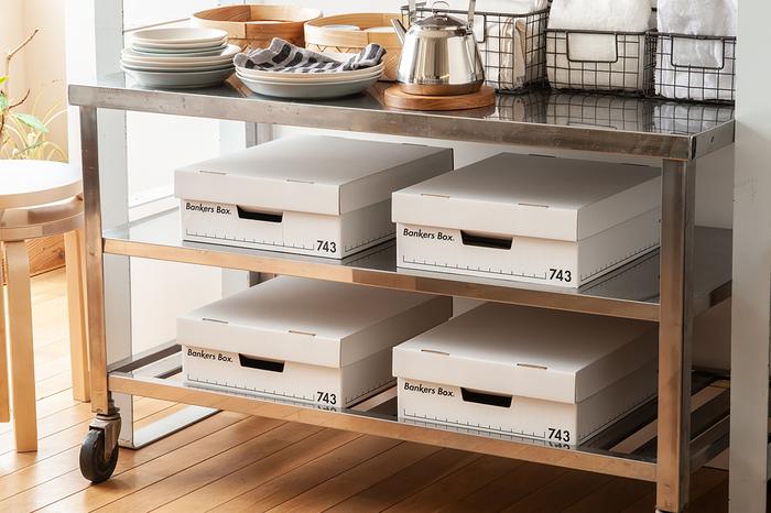 シンプルで清潔感のあるデザインが魅力のバンカーズボックスは、ナチュラルな雰囲気のキッチンにも自然になじみます。食材やキッチン雑貨の収納など、マルチに使えそう。