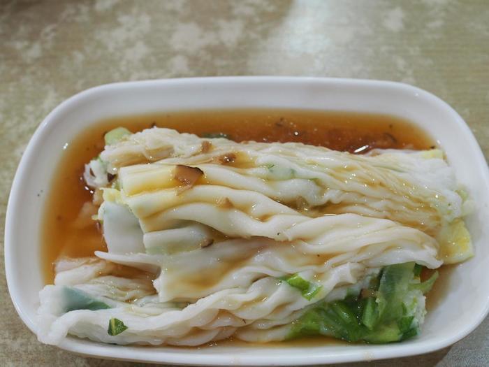 香港や広東省で広く食べられている広東料理の名物グルメ。お米の生地で具を包んだ点心の1つで、日本では米粉クレープとして知られていますが、こちらでは朝ごはんの定番。深圳には腸粉をメインとしたファストフード店が軒を連ね、店によって少しずつ風味が違うので、色々食べ歩いてみてはいかがでしょうか。