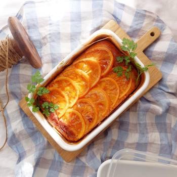 焼き型として使うアイデアも人気。オーブンから出した後、型から抜かずにそのまま取り分けられるのも嬉しいところです。他にも、グラタンやドリアなどのオーブン料理も華やかに彩ります。