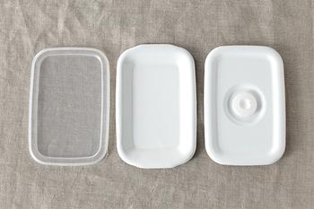 ホワイトシリーズの優れた点は、容器のサイズやデザインだけでなく、蓋のタイプも選べること。左から「シール蓋」「琺瑯蓋」「密閉蓋」の3種類があります。食材の保存ならシール蓋が使いやすく、直火にかけることが多いなら琺瑯蓋がおすすめです。