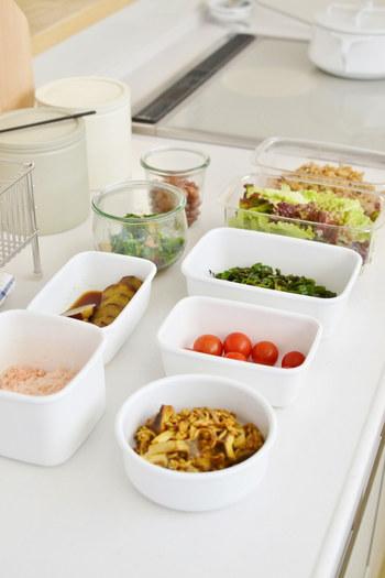 洗練されたシンプルなデザインと、高い機能性でファンの多い野田琺瑯のアイテム。そのなかでも、常備菜の保存や調理に便利、と人気なのが「ホワイトシリーズ」です。多彩な使い方ができるのも、琺瑯容器ならでは。