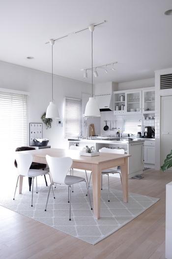 クロスや建具などの内装はもちろん、家具やインテリアアイテムにも取り入れることで、空間全体がスタイリッシュで洗練された印象に仕上がるのも白の魅力。  白いインテリアが、ライフスタイルにこだわりを持つブロガーさんたちに人気なのもうなずけますね。