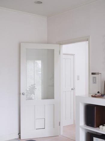 ドアなどの建具は、木目調の素材を取り入れている住まいが多いですが、白を選ぶことでこんなに華やかなイメージに。白いインテリアにこだわるなら、注目したいところです。