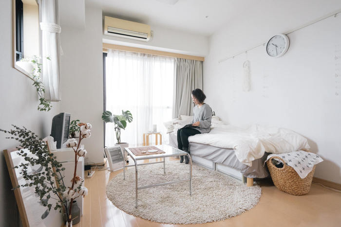 白の空間の魅力、いかがでしたか。改めて見ていくと、広さや軽さの印象までも変えてしまう白の力を感じさせられますね。限られた空間をできるだけ広く感じさせたい、日当たりがイマイチなお部屋を明るくしたい、というお悩みも解決できそうです。
