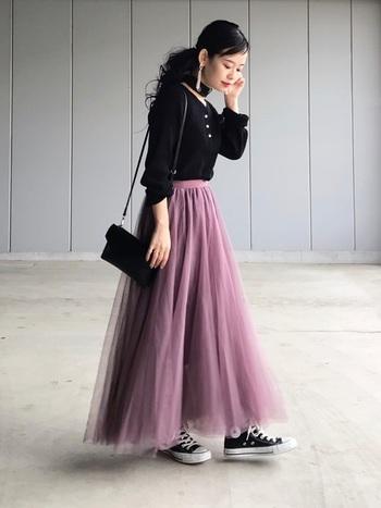 レディ感の強いピンク色のチュールスカートは、黒のアイテムで甘さを抑えてあげることでグッと使いやすくなりますね。ピンクの中でも深みのあるピンクなので、子供っぽくもならず女性らしい印象に。夏場は、靴下×スポサンでも可愛い!