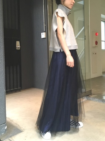 凛とした大人っぽいイメージを与えてくれるネイビーのチュールスカート。チュールスカートが苦手な方にイチオシのカラーです。大人っぽいシックなトップスとも相性抜群ですし、サテンのシャツなどにあわせてもクール。