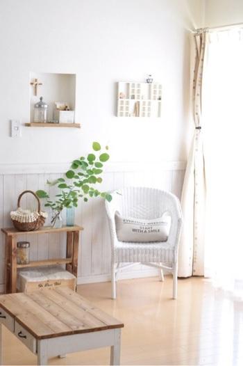 木製家具との相性が良いのも、白の特徴。こちらのお宅のように、お部屋のさまざまな場所に、異素材で白を取り入れることで奥行きのあるインテリアが楽しめます。