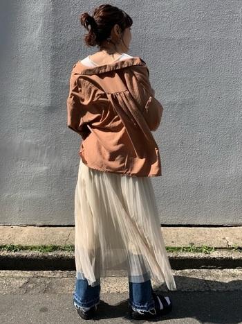 フェミニンな印象のチュールスカートにワイドタイプのデニムパンツをあわせるだけで、カジュアルテイストに大変身。ゆるっと羽織ったシャツがヘルシーでクール!
