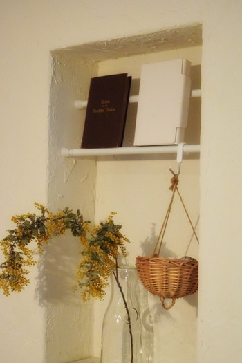 こちらのように下はおしゃれな飾り棚として、上の空間は本の収納スペースとして有効活用できます。突っ張り棒なら壁面に傷をつけることなく簡単に設置できるので、賃貸の方にもぜひおすすめですよ◎。
