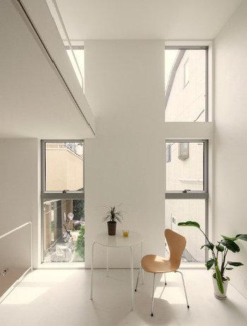 白を壁や床だけでなく天井にも取り入れると、より高さを感じられる空間に。床から壁、天井という順番で白の色を明るくしていと心地良い空間づくりが叶います。