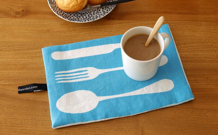 オーランド島を拠点に活動する「KORPI&GORDON」の鍋つかみは、手描きのようなほっこりとした絵柄が魅力。リネン100%でサラッと使いやすく、台所仕事も楽しくなりそうな可愛さです。鍋つかみとして使ったり、お茶の時間のティーマットにしても素敵。ただ吊り下げおいても様になります。