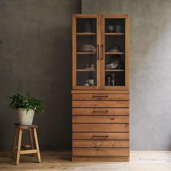 背の高い収納家具は空間を有効活用できて便利ですが、存在感があるため「インテリアに取り入れるのが難しい…」と感じている方も多いのではないでしょうか。そんなハイタイプの収納家具も選び方やレイアウトの仕方を工夫するだけで、お部屋全体をすっきりとした印象に見せることができます。