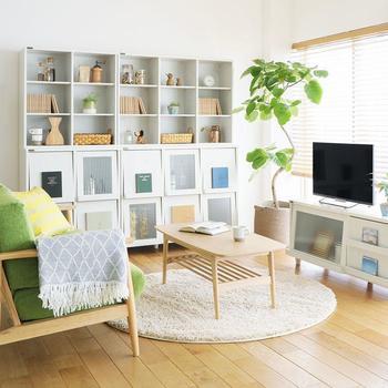 こちらの写真のように壁と家具の色を合わせて一体感をだしたり、目に入りにくい位置にレイアウトしたり。こうした背の高い家具を上手に取り入れるためのポイントが、以下のリンク先のページで紹介されています。購入を検討されている方は、ぜひ参考にしてみてくださいね。