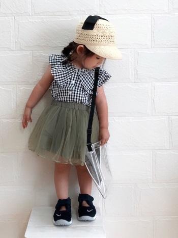 女の子らしいアイテムをナイキのシューズでキリリと締めたコーデはとってもキュート。帽子もお洋服によくあっています。