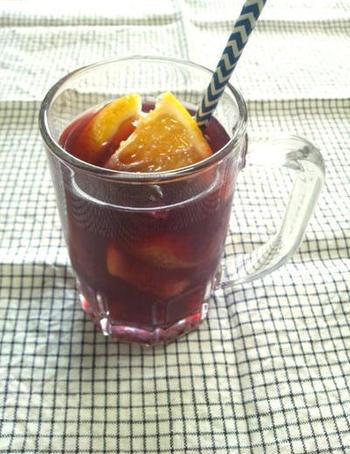ワインやカクテル風のノンアルコールドリンクも、アウトドアランチには欠かせませんね。こちらは、ぶどうジュースに甘夏などの柑橘フルーツを入れてサングリア風に。おしゃれなお料理にも合いそうですよ。