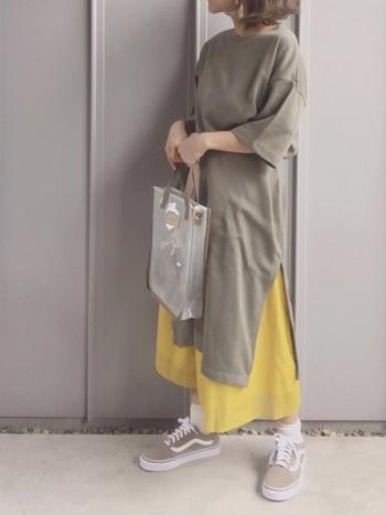 ベーシックで落ち着きのあるベージュカラーのオールドスクールには、あえて発色の良いイエローのスカートでメリハリを。