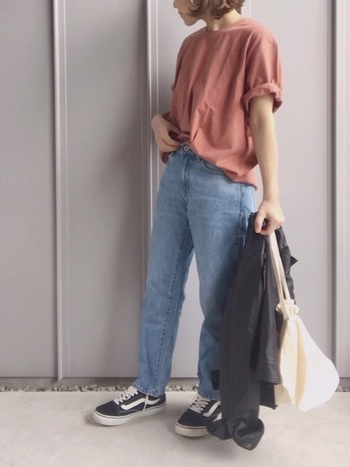 春夏のコーデには、マストアイテムとして使いたいTシャツ&デニムのシンプルコーデでも、足元のオールドスクールがセンス良くまとめてくれます。