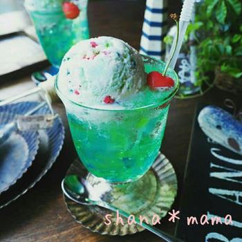 夏に食べたい、ゼリー×クリームソーダのちょっと贅沢なおやつです。ブルーやグリーンの魚型寒天が反射して、サイダーを注ぐだけでまるで海で泳いでいるよう。大人から子供まではしゃいでしまうような可愛さです。