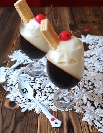 斜めゼリーを応用したコーヒーゼリーレシピです。バニラアイスやウエハース、チェリーをトッピングすると、まるで喫茶店のメニューのよう。レトロな可愛さ満点です。