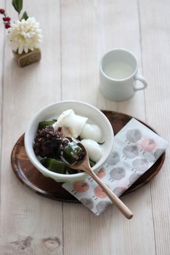 抹茶風味のほろ苦ゼリーは、練乳の甘いミルクソースと相性抜群。白玉やあんこ、アイスなどをのせて和風パフェ風にすれば、おうちで甘味処気分を楽しめますよ。