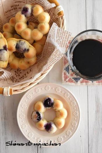 ホットケーキとブレーンヨーグルトで作る、混ぜて焼くだけのドーナツ。ブルーベリーとヨーグルトで後味爽やかな美味しさ。油で揚げずにオーブンで焼くのでヘルシーなのも嬉しいポイントです。
