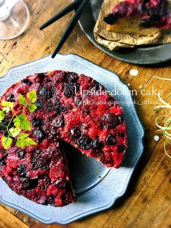 こちらのアップサイドダウンケーキは、冷凍ミックスベリーをそのまま使ってOK。きちんと敷き詰めることで、美しい仕上がりに。ベリーの甘酸っぱさの中に、生地に混ぜ込んだ紅茶がほのかに香ります。