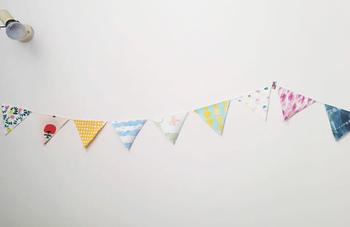 定番の三角のガーランドは、布を菱型にカットして紐に折り畳むようにボンドで付けていくだけ!ハギレを再利用して、お子さんと一緒に楽しみながら作ってみてください♪
