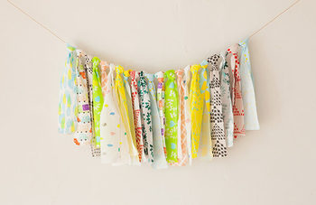 飾るだけで子供部屋を明るく楽しい雰囲気にしてくれるガーランド。リボンガーランドは、布を紐に結ぶだけで簡単に作れます。いろんな種類の布を使った方が、カラフルでキュートに仕上がりますよ♪