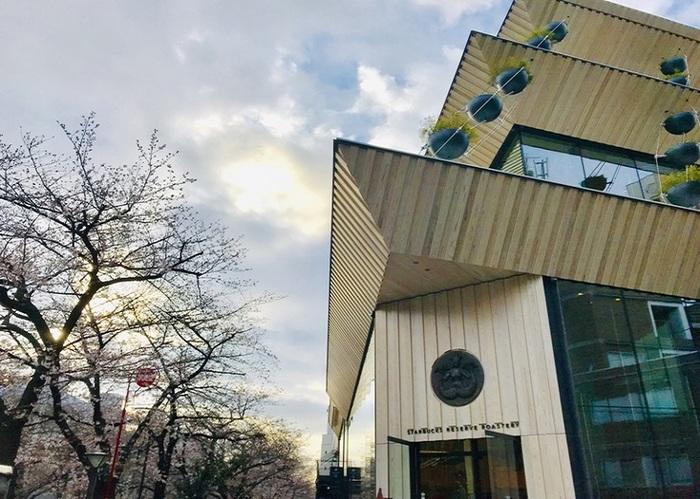 """東急田園都市線・池尻大橋駅、同東横線・中目黒駅、どちらからも歩いて10分ほど。2019年2月下旬にオープンした、コーヒー/ティー/カクテルバー、ベーカリーに加えて焙煎機のあるファクトリーを併設した世界5番目の大型店。外観デザインは隈研吾氏、内装はスターバックスのチーフ デザイナー、リズ・ミュラー氏。""""平均的なスタバ""""の15倍の面積に、バリスタ、バーテンダーをはじめとした200名あまりのスタッフが常駐しているそう!1階から4階までをざっとご紹介します。"""