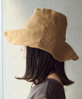 デイリーに使いやすくて、旅先にも持ち運びしやすい。折りたたみ可能なつば広帽は、とても便利なアイテム。リネンとキャンバス混合生地のこちらの帽子は、風合いに味があってかっこいい。スナフキン風に目深にかぶってもかわいいですよ。