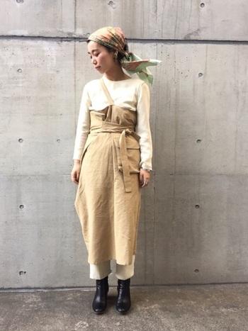大判スカーフは、布を巧みに使って表情を変えられるのがメリット。後ろ結びもノスタルジックで可愛らしいですね。