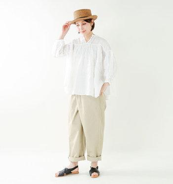 白シャツ×ワイドチノパンのメンズライクなサマースタイル。黒のレザーサンダルが、柔らかなワントーンとゆったりシルエットの引き締め役に。