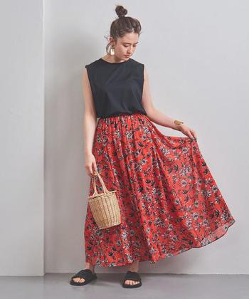 夏のコーディネートのアクセントには、色鮮やかなトロピカルフラワーのスカートもおすすめです。Tシャツの定番スタイルを夏らしく、華やかな雰囲気に仕上げてくれます。同柄のトップスも展開されているので、セットアップでワンピースのように着用するのも素敵ですよ◎。