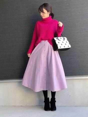 パッと目を引く鮮やかなピンク系ニットには、優しいラベンダーのフロントボタンサーキュラースカートを合わせて。暗くなりがちな秋冬コーデもふわっと華やかに見違えます♪