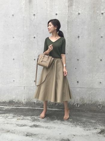 デコルテラインが美しいカーキTシャツと合わせた、シンプルでナチュラルなコーデ。スカート、バッグ、サンダルもベージュで統一すればスッキリおしゃれにまとまります。