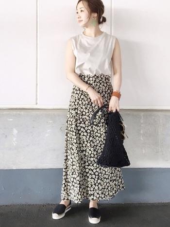 ユニクロのコットンTシャツに花柄のロングフレアースカートを合わせてフェミニンに着こなして。ノースリーブで肌見せしてもどこか上品さが漂いますね。
