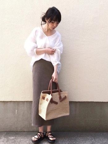ハードなイメージのユニクロのカーキ色のスカートには、白のふんわりとしたブラウスを合わせて優しげな印象にします。小物でナチュラル感も出して。