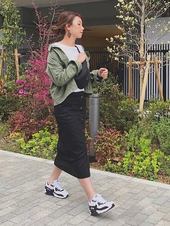 ミリタリージャケットもスカートも、上下ユニクロコーデ。インナーは白Tシャツにして爽やかに。スタイリッシュな大きめのピアスを付けるだけでコーデがワンランクアップします。