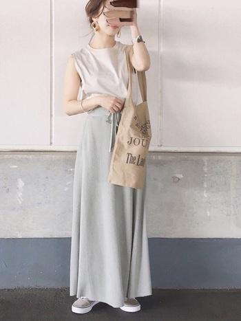 ジーユーのスエットのロングスカートは楽チンな着心地が魅力的。全身を淡くスモーキーなトーンでまとめると上級者コーデになりますね。