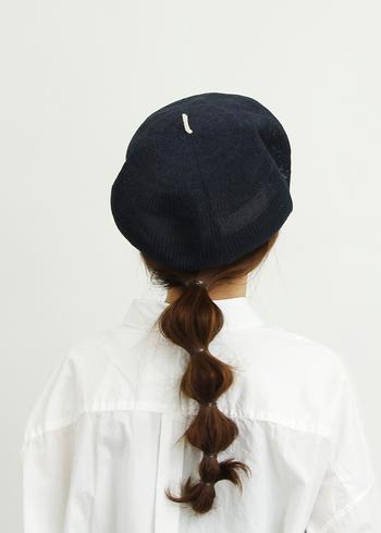 チョボがワンポイントの可愛らしいベレー帽。ロングヘアーの方はダウンテールや三つ編みでまとめて、襟足をすっきり見せるといいですよ。