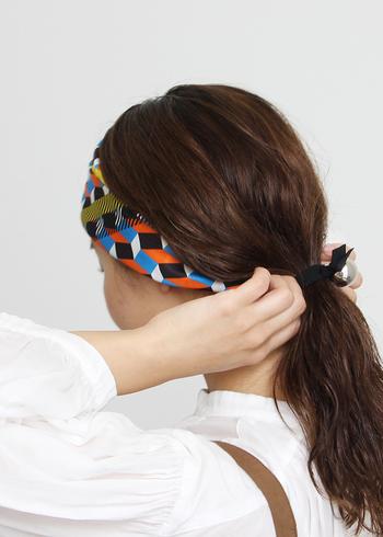 おしゃれ上級者はぜひスカーフをヘッドアクセリーとして使ってみて。たたみ方で柄の見せ方や雰囲気も変わるし、何通りもアレンジできるので、かなりおすすめです。