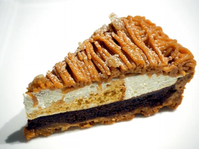 大人に人気の「モンブランタルト」は、香ばしいタルト生地と上品なクリームの甘さが特徴。軽めの生クリームが、マロンクリームの魅力を引き立たせています。ショコラ生地も濃厚で、栗の風味とのバランスも絶妙です。