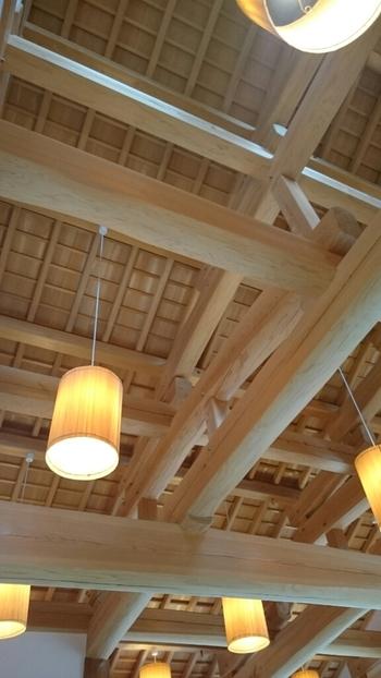 丈夫な梁や柱など、木材をふんだんに使ったナチュラルな雰囲気の店内。